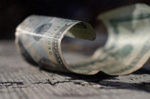 Leżący zwinięty banknot