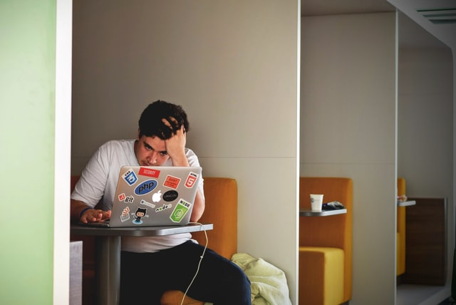 mężczyzna przy laptopie