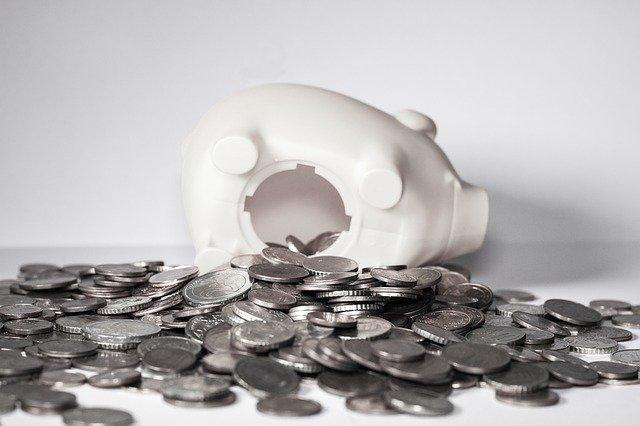 monety wysypane ze skarbonkir